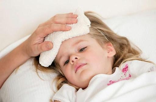 Có nhiều phương pháp hạ sốt cho trẻ khi sốt chân tay lạnh