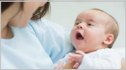 Trẻ sơ sinh hay bị nấc phải làm sao?